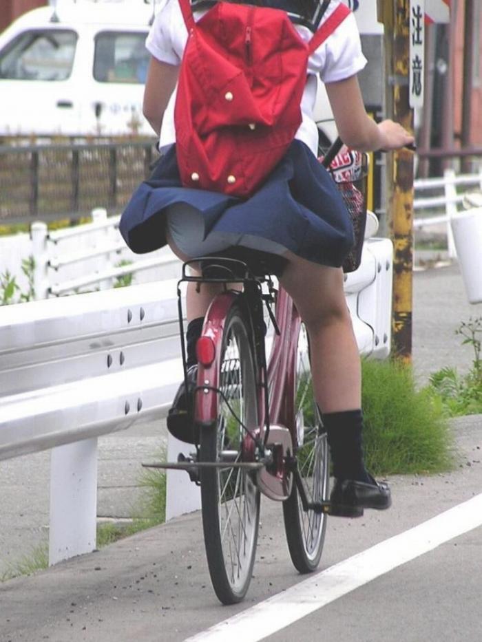 【自転車パンチラエロ画像】自転車通学中の素人JKやリクルートスーツの就活JD、買い物中のミニスカギャルのパンチラ盗撮に成功した自転車パンチラのエロ画像集!w【80枚】 54