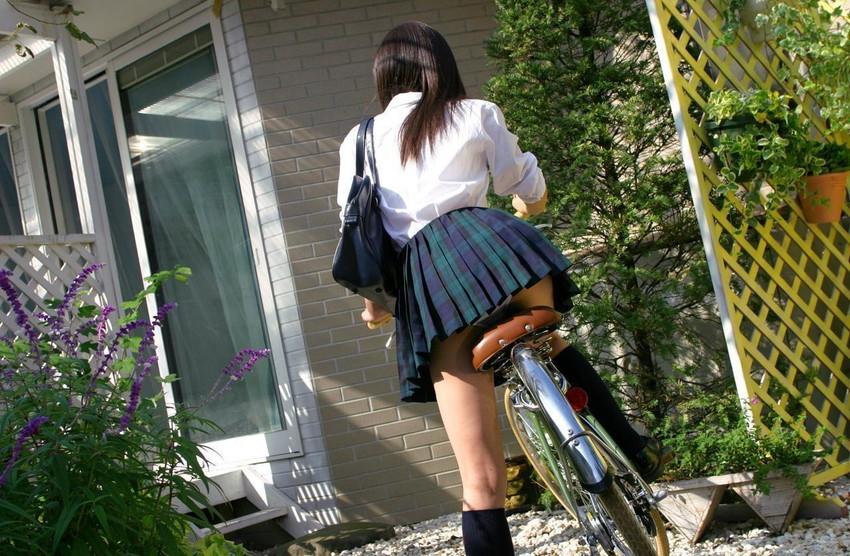 【自転車パンチラエロ画像】自転車通学中の素人JKやリクルートスーツの就活JD、買い物中のミニスカギャルのパンチラ盗撮に成功した自転車パンチラのエロ画像集!w【80枚】 55