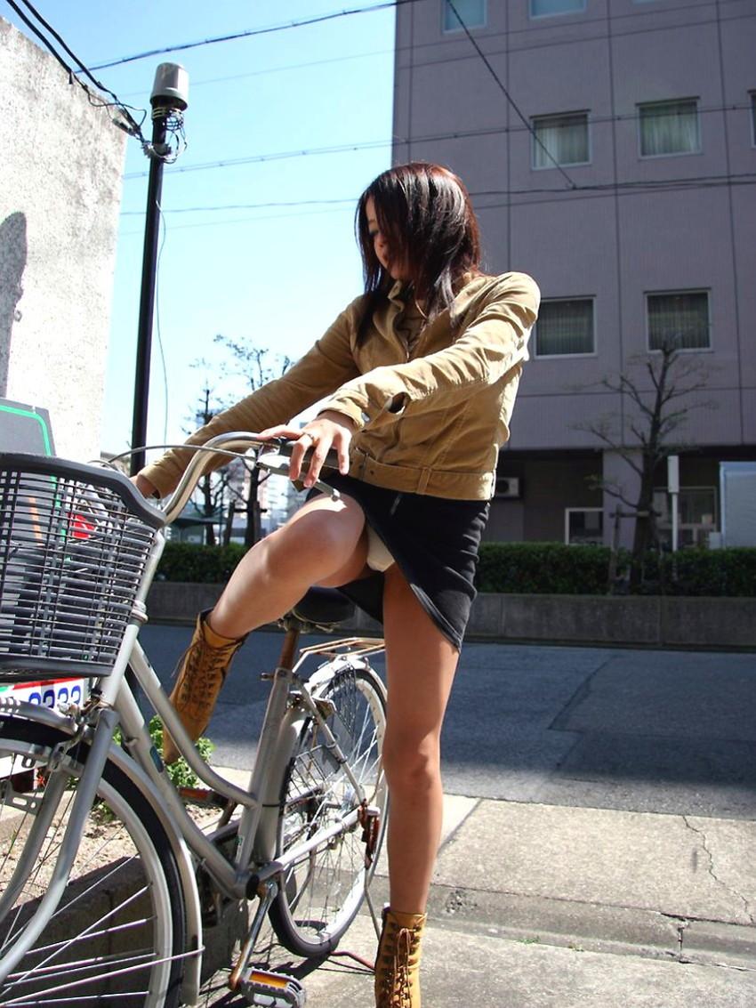 【自転車パンチラエロ画像】自転車通学中の素人JKやリクルートスーツの就活JD、買い物中のミニスカギャルのパンチラ盗撮に成功した自転車パンチラのエロ画像集!w【80枚】 56
