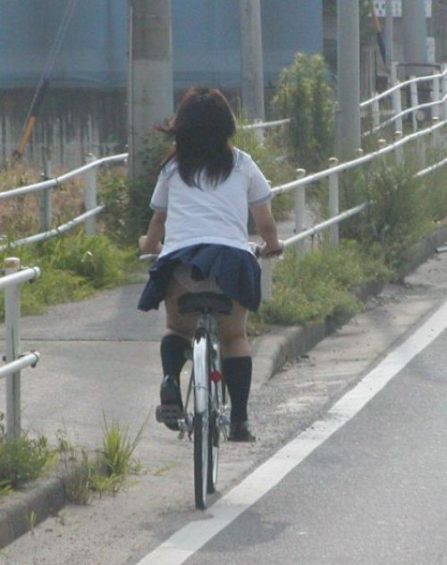 【自転車パンチラエロ画像】自転車通学中の素人JKやリクルートスーツの就活JD、買い物中のミニスカギャルのパンチラ盗撮に成功した自転車パンチラのエロ画像集!w【80枚】 57