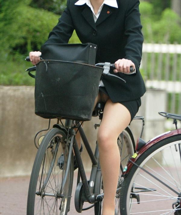 【自転車パンチラエロ画像】自転車通学中の素人JKやリクルートスーツの就活JD、買い物中のミニスカギャルのパンチラ盗撮に成功した自転車パンチラのエロ画像集!w【80枚】 59