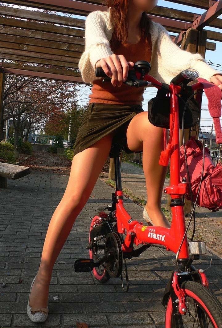 【自転車パンチラエロ画像】自転車通学中の素人JKやリクルートスーツの就活JD、買い物中のミニスカギャルのパンチラ盗撮に成功した自転車パンチラのエロ画像集!w【80枚】 61