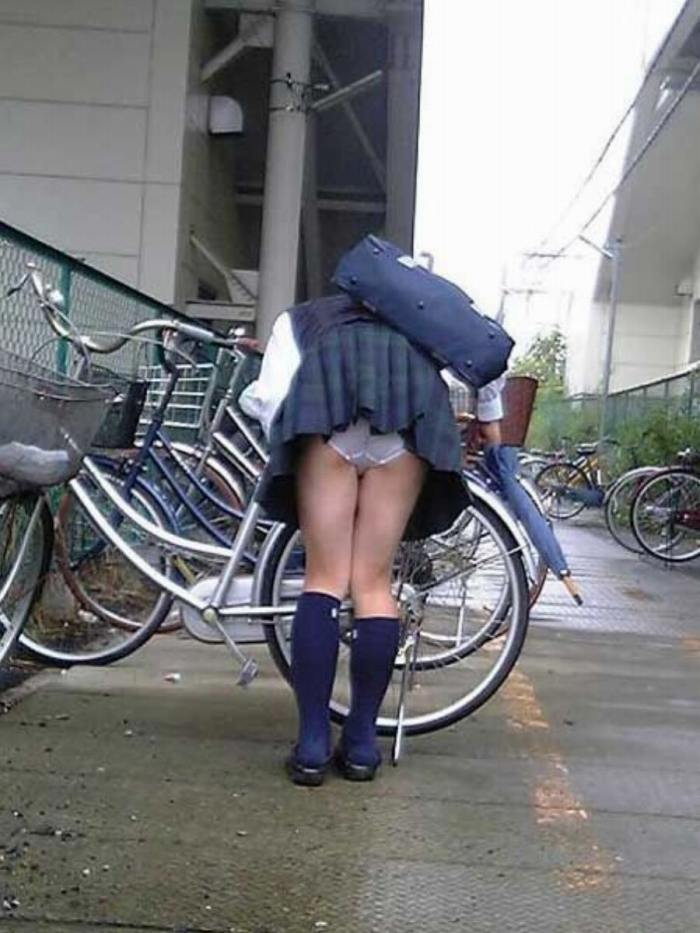 【自転車パンチラエロ画像】自転車通学中の素人JKやリクルートスーツの就活JD、買い物中のミニスカギャルのパンチラ盗撮に成功した自転車パンチラのエロ画像集!w【80枚】 63