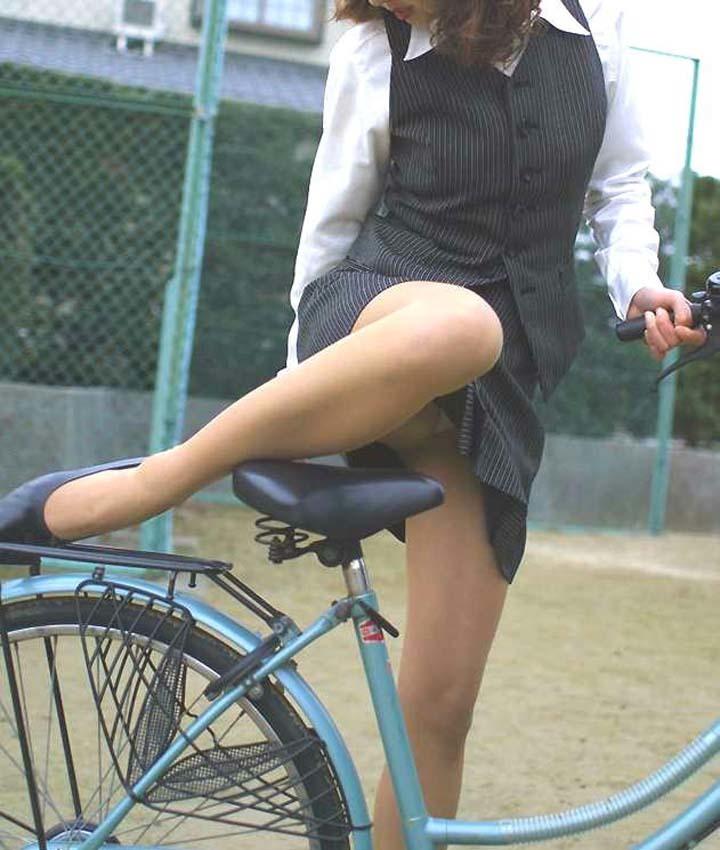 【自転車パンチラエロ画像】自転車通学中の素人JKやリクルートスーツの就活JD、買い物中のミニスカギャルのパンチラ盗撮に成功した自転車パンチラのエロ画像集!w【80枚】 64