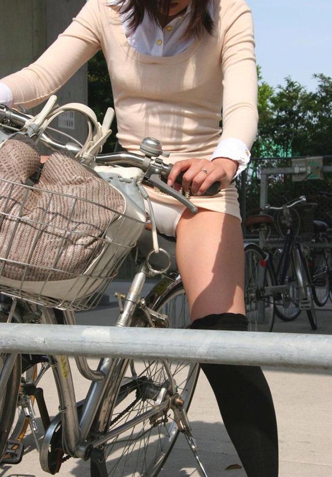 【自転車パンチラエロ画像】自転車通学中の素人JKやリクルートスーツの就活JD、買い物中のミニスカギャルのパンチラ盗撮に成功した自転車パンチラのエロ画像集!w【80枚】 70