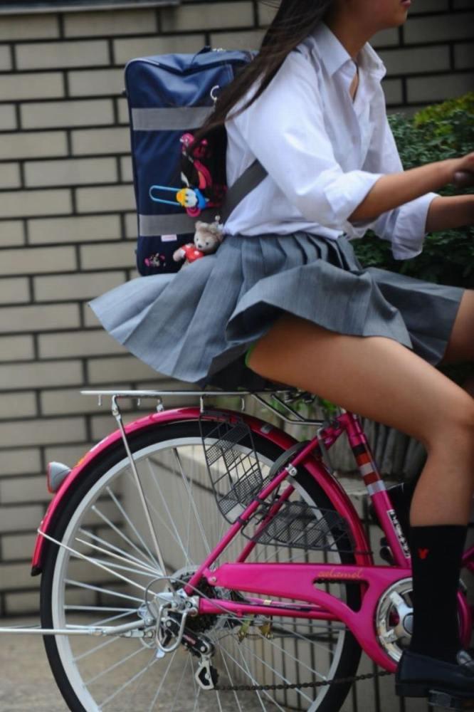 【自転車パンチラエロ画像】自転車通学中の素人JKやリクルートスーツの就活JD、買い物中のミニスカギャルのパンチラ盗撮に成功した自転車パンチラのエロ画像集!w【80枚】 72