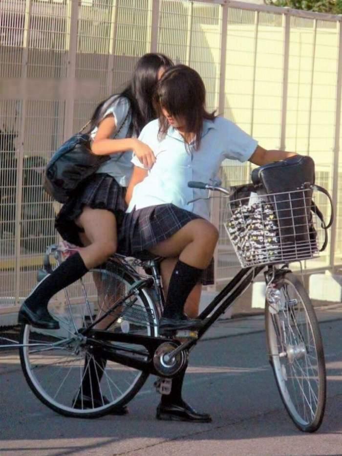 【自転車パンチラエロ画像】自転車通学中の素人JKやリクルートスーツの就活JD、買い物中のミニスカギャルのパンチラ盗撮に成功した自転車パンチラのエロ画像集!w【80枚】 77