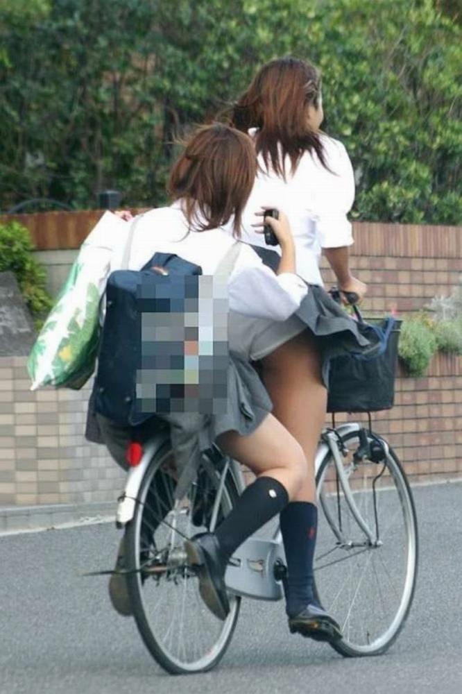 【自転車パンチラエロ画像】自転車通学中の素人JKやリクルートスーツの就活JD、買い物中のミニスカギャルのパンチラ盗撮に成功した自転車パンチラのエロ画像集!w【80枚】 80