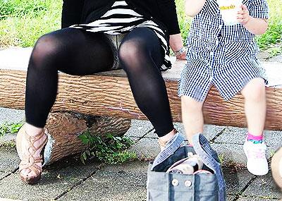 【パンチラママエロ画像】子供に気を取られてパンチラしてる素人奥さんの股間を盗撮したったパンチラママのエロ画像集!w【80枚】