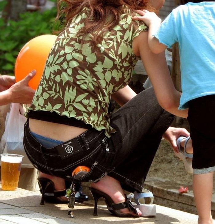 【パンチラママエロ画像】子供に気を取られてパンチラしてる素人奥さんの股間を盗撮したったパンチラママのエロ画像集!w【80枚】 03