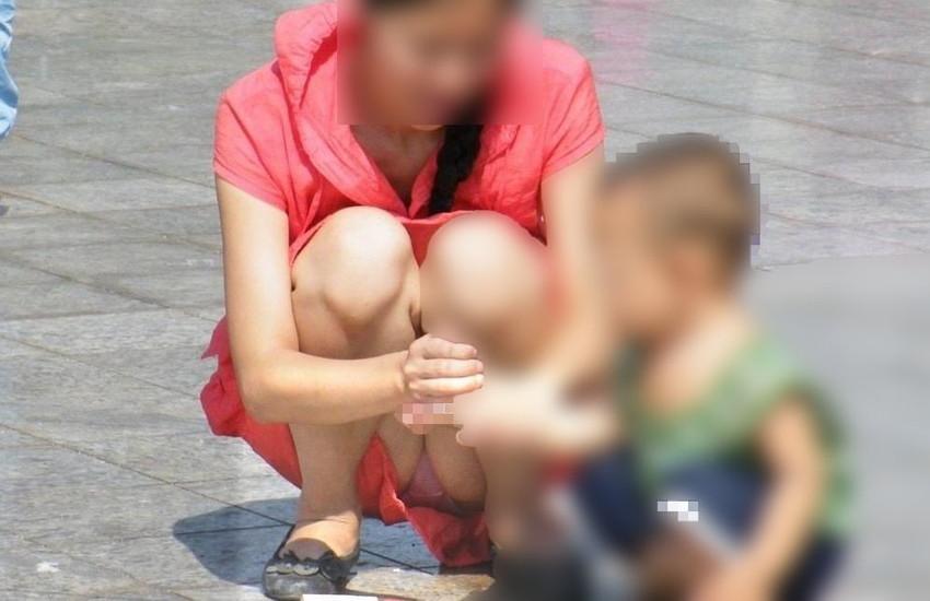 【パンチラママエロ画像】子供に気を取られてパンチラしてる素人奥さんの股間を盗撮したったパンチラママのエロ画像集!w【80枚】 06
