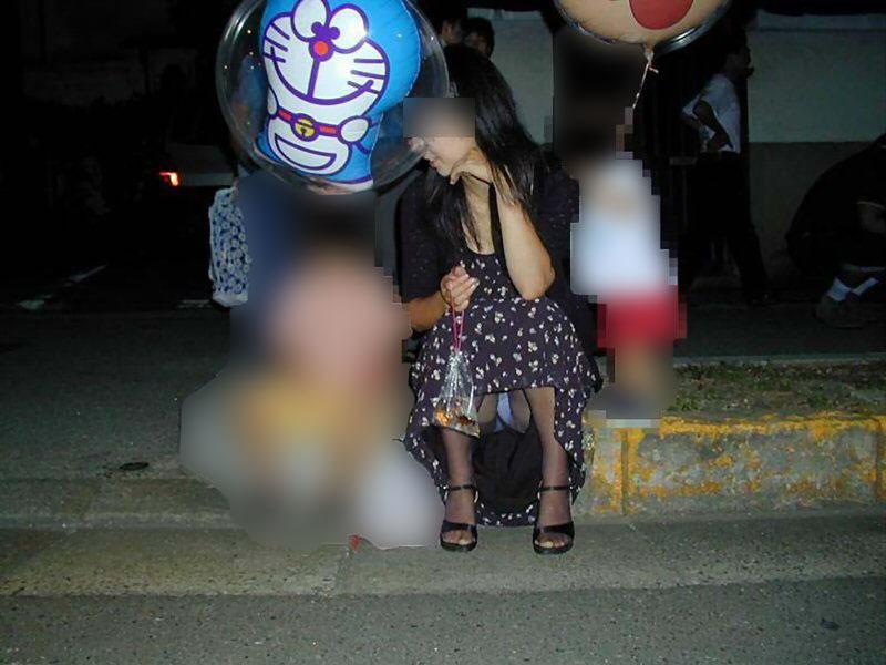 【パンチラママエロ画像】子供に気を取られてパンチラしてる素人奥さんの股間を盗撮したったパンチラママのエロ画像集!w【80枚】 07