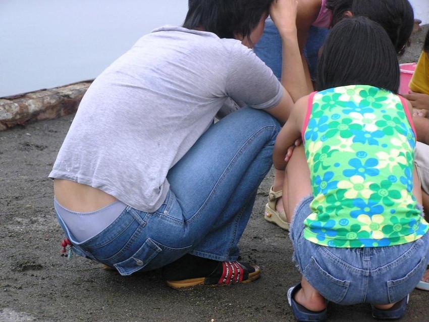 【パンチラママエロ画像】子供に気を取られてパンチラしてる素人奥さんの股間を盗撮したったパンチラママのエロ画像集!w【80枚】 09