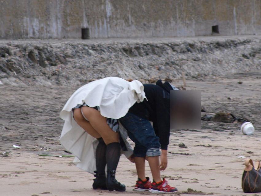 【パンチラママエロ画像】子供に気を取られてパンチラしてる素人奥さんの股間を盗撮したったパンチラママのエロ画像集!w【80枚】 10