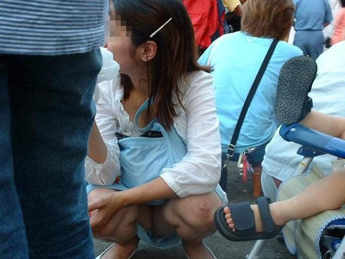 【パンチラママエロ画像】子供に気を取られてパンチラしてる素人奥さんの股間を盗撮したったパンチラママのエロ画像集!w【80枚】 12