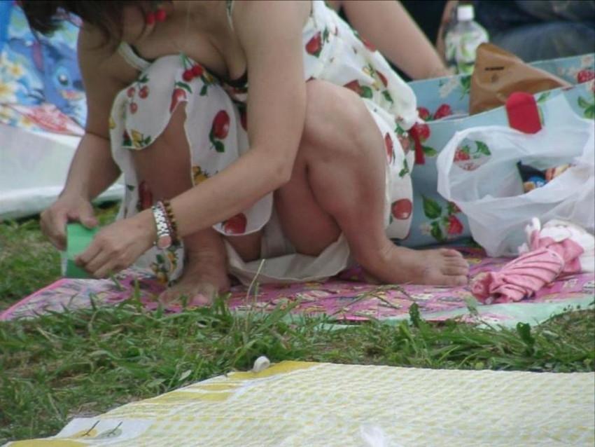 【パンチラママエロ画像】子供に気を取られてパンチラしてる素人奥さんの股間を盗撮したったパンチラママのエロ画像集!w【80枚】 15
