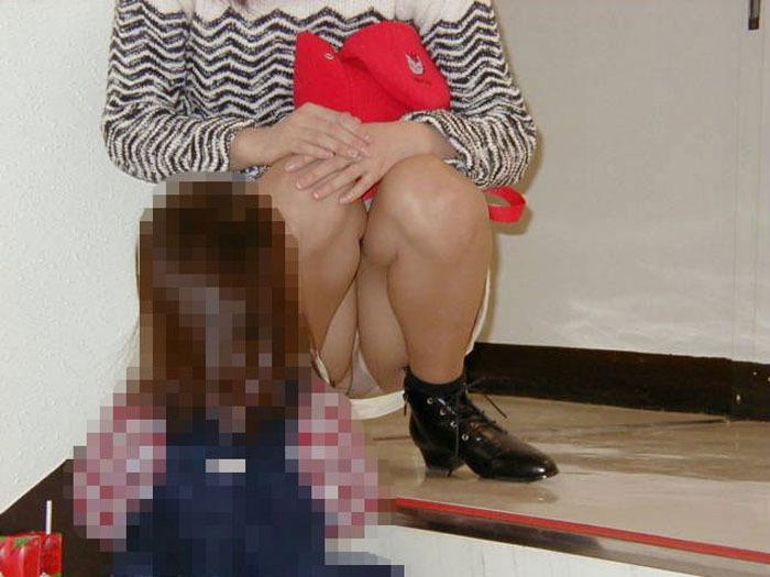 【パンチラママエロ画像】子供に気を取られてパンチラしてる素人奥さんの股間を盗撮したったパンチラママのエロ画像集!w【80枚】 16