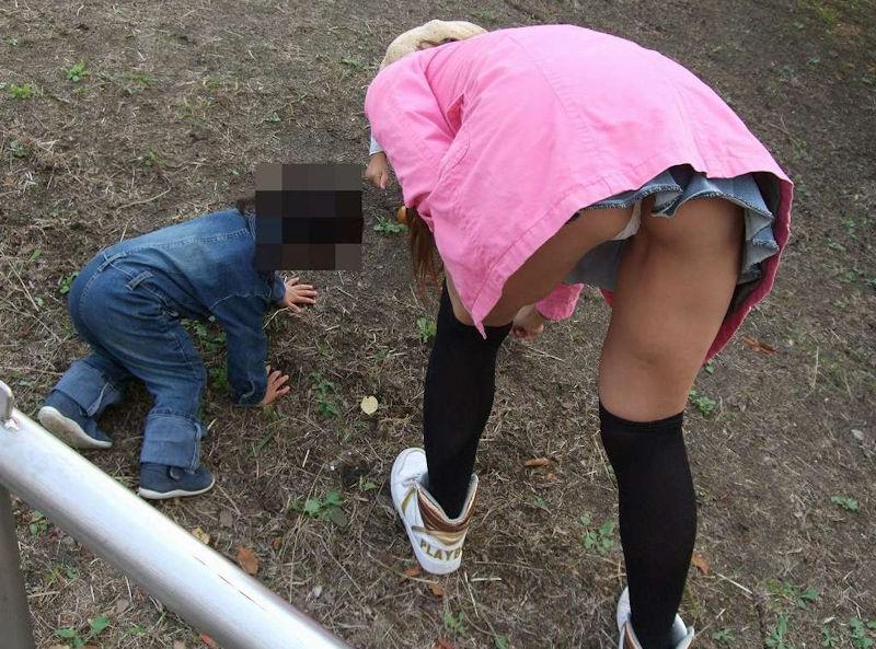 【パンチラママエロ画像】子供に気を取られてパンチラしてる素人奥さんの股間を盗撮したったパンチラママのエロ画像集!w【80枚】 17