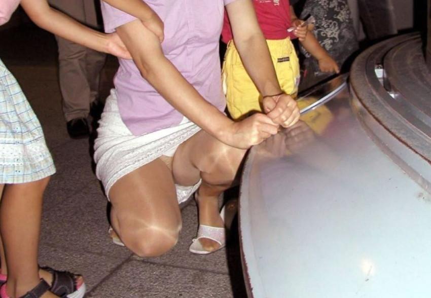 【パンチラママエロ画像】子供に気を取られてパンチラしてる素人奥さんの股間を盗撮したったパンチラママのエロ画像集!w【80枚】 18