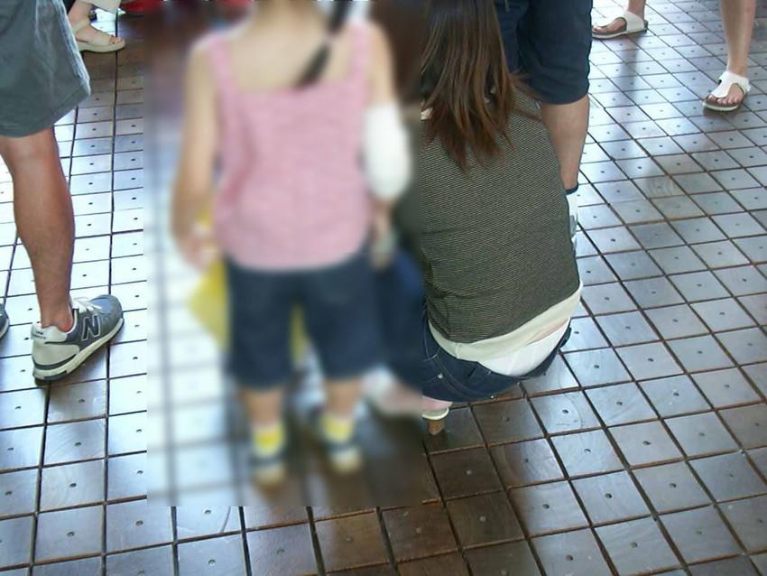 【パンチラママエロ画像】子供に気を取られてパンチラしてる素人奥さんの股間を盗撮したったパンチラママのエロ画像集!w【80枚】 23