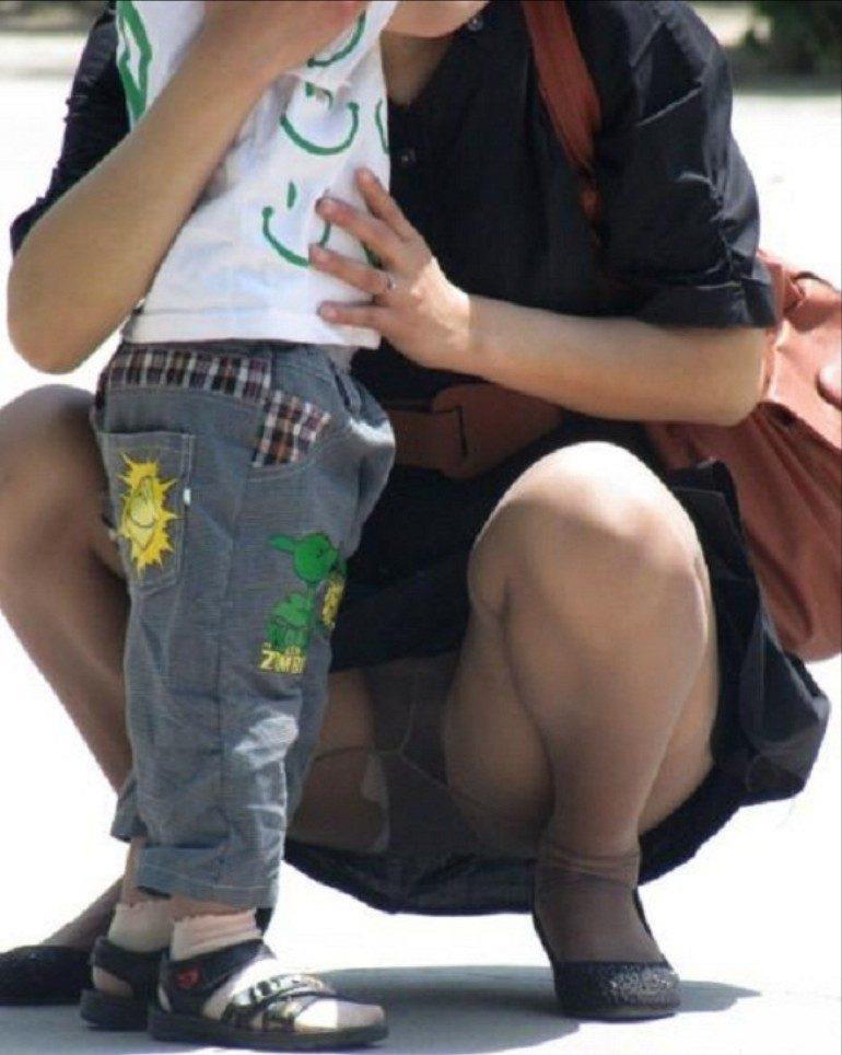 【パンチラママエロ画像】子供に気を取られてパンチラしてる素人奥さんの股間を盗撮したったパンチラママのエロ画像集!w【80枚】 26