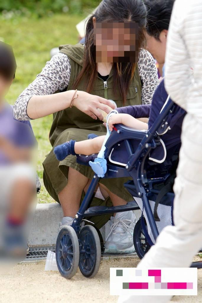 【パンチラママエロ画像】子供に気を取られてパンチラしてる素人奥さんの股間を盗撮したったパンチラママのエロ画像集!w【80枚】 27