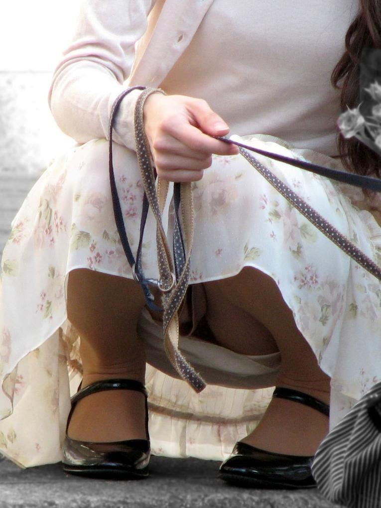 【パンチラママエロ画像】子供に気を取られてパンチラしてる素人奥さんの股間を盗撮したったパンチラママのエロ画像集!w【80枚】 31