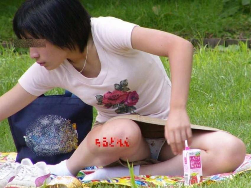 【パンチラママエロ画像】子供に気を取られてパンチラしてる素人奥さんの股間を盗撮したったパンチラママのエロ画像集!w【80枚】 34