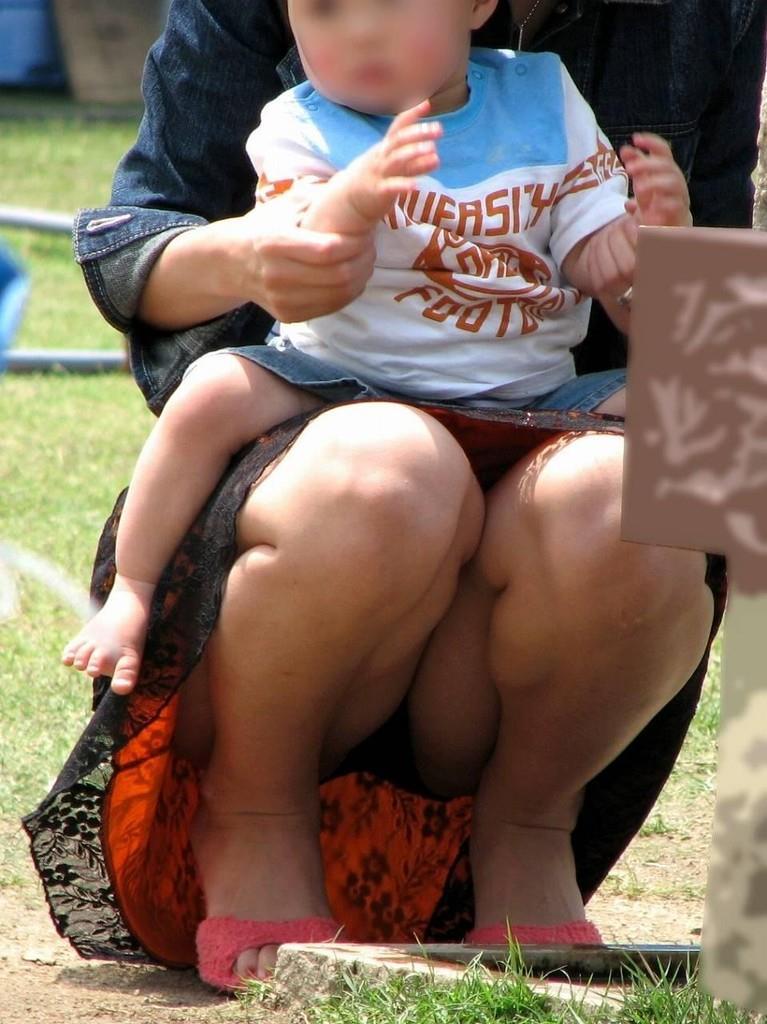 【パンチラママエロ画像】子供に気を取られてパンチラしてる素人奥さんの股間を盗撮したったパンチラママのエロ画像集!w【80枚】 36