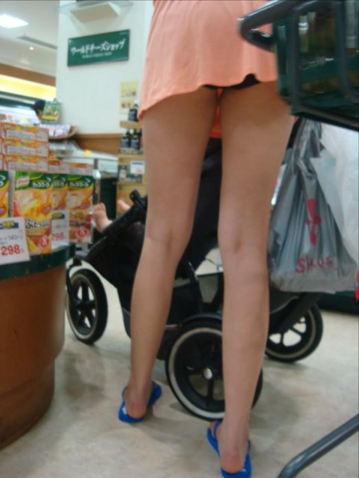 【パンチラママエロ画像】子供に気を取られてパンチラしてる素人奥さんの股間を盗撮したったパンチラママのエロ画像集!w【80枚】 41