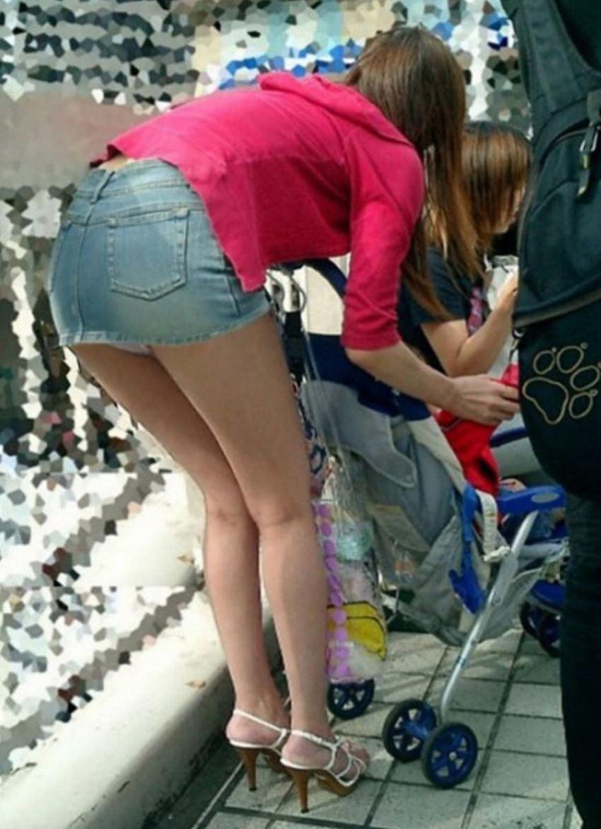 【パンチラママエロ画像】子供に気を取られてパンチラしてる素人奥さんの股間を盗撮したったパンチラママのエロ画像集!w【80枚】 44
