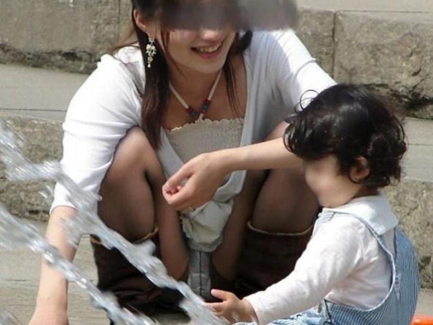 【パンチラママエロ画像】子供に気を取られてパンチラしてる素人奥さんの股間を盗撮したったパンチラママのエロ画像集!w【80枚】 45