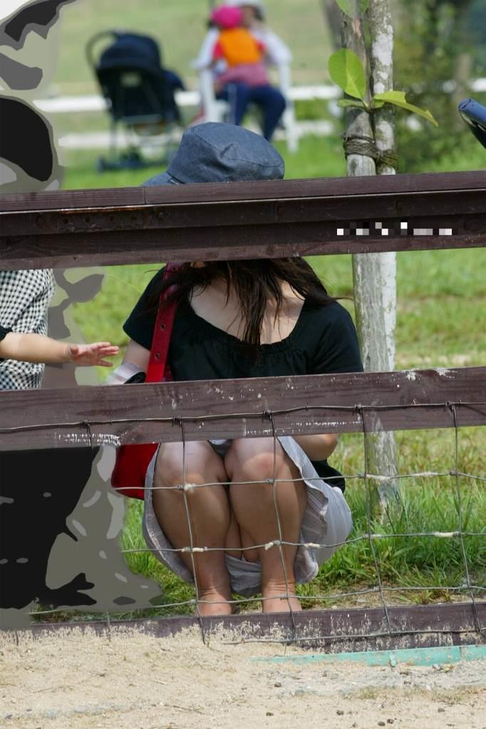 【パンチラママエロ画像】子供に気を取られてパンチラしてる素人奥さんの股間を盗撮したったパンチラママのエロ画像集!w【80枚】 49