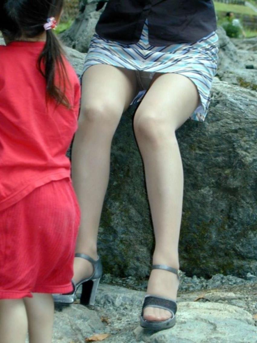 【パンチラママエロ画像】子供に気を取られてパンチラしてる素人奥さんの股間を盗撮したったパンチラママのエロ画像集!w【80枚】 55