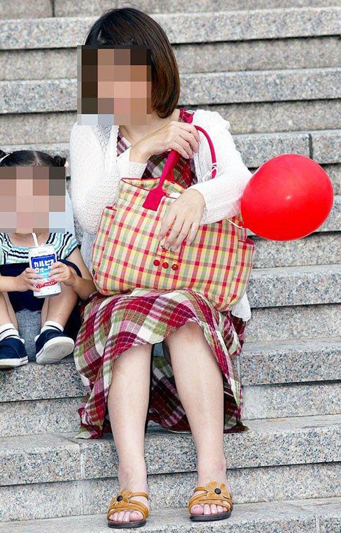 【パンチラママエロ画像】子供に気を取られてパンチラしてる素人奥さんの股間を盗撮したったパンチラママのエロ画像集!w【80枚】 58