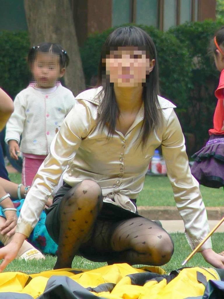 【パンチラママエロ画像】子供に気を取られてパンチラしてる素人奥さんの股間を盗撮したったパンチラママのエロ画像集!w【80枚】 60