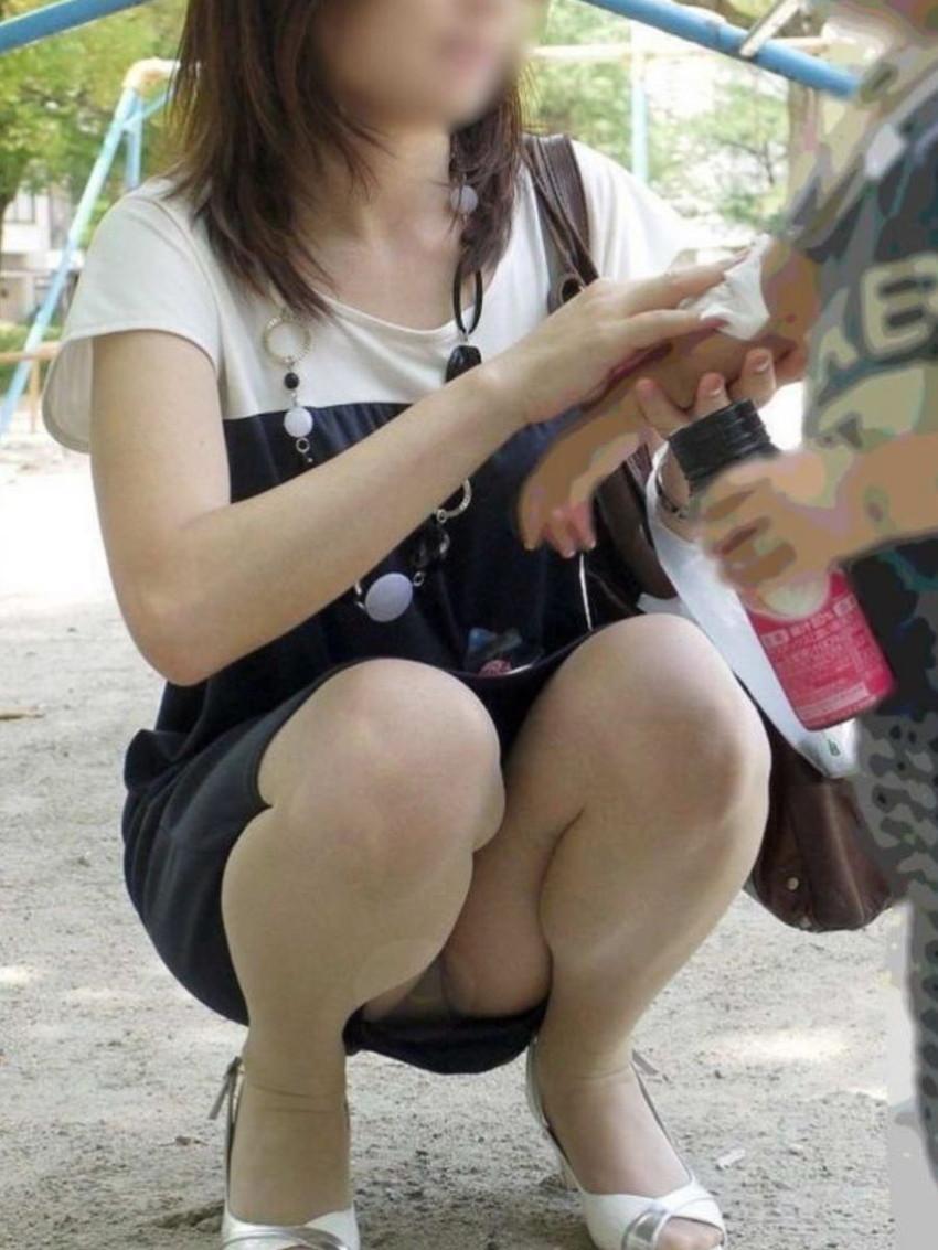 【パンチラママエロ画像】子供に気を取られてパンチラしてる素人奥さんの股間を盗撮したったパンチラママのエロ画像集!w【80枚】 66
