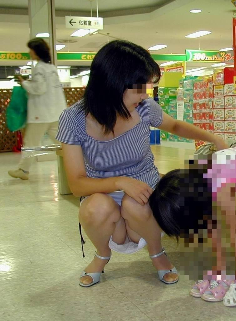 【パンチラママエロ画像】子供に気を取られてパンチラしてる素人奥さんの股間を盗撮したったパンチラママのエロ画像集!w【80枚】 67