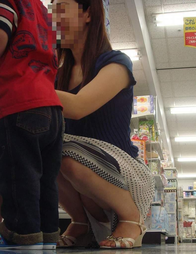 【パンチラママエロ画像】子供に気を取られてパンチラしてる素人奥さんの股間を盗撮したったパンチラママのエロ画像集!w【80枚】 71