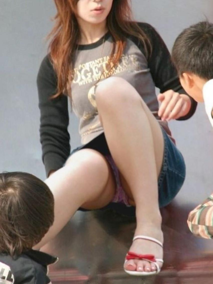 【パンチラママエロ画像】子供に気を取られてパンチラしてる素人奥さんの股間を盗撮したったパンチラママのエロ画像集!w【80枚】 73