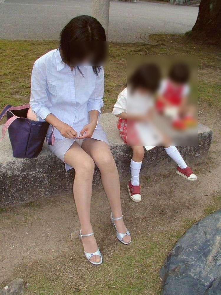【パンチラママエロ画像】子供に気を取られてパンチラしてる素人奥さんの股間を盗撮したったパンチラママのエロ画像集!w【80枚】 75