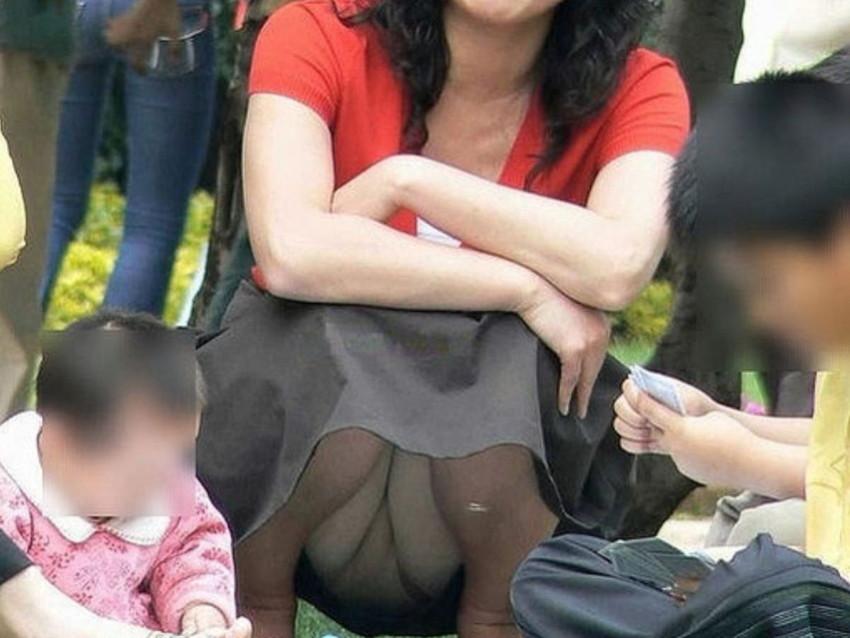【パンチラママエロ画像】子供に気を取られてパンチラしてる素人奥さんの股間を盗撮したったパンチラママのエロ画像集!w【80枚】 80