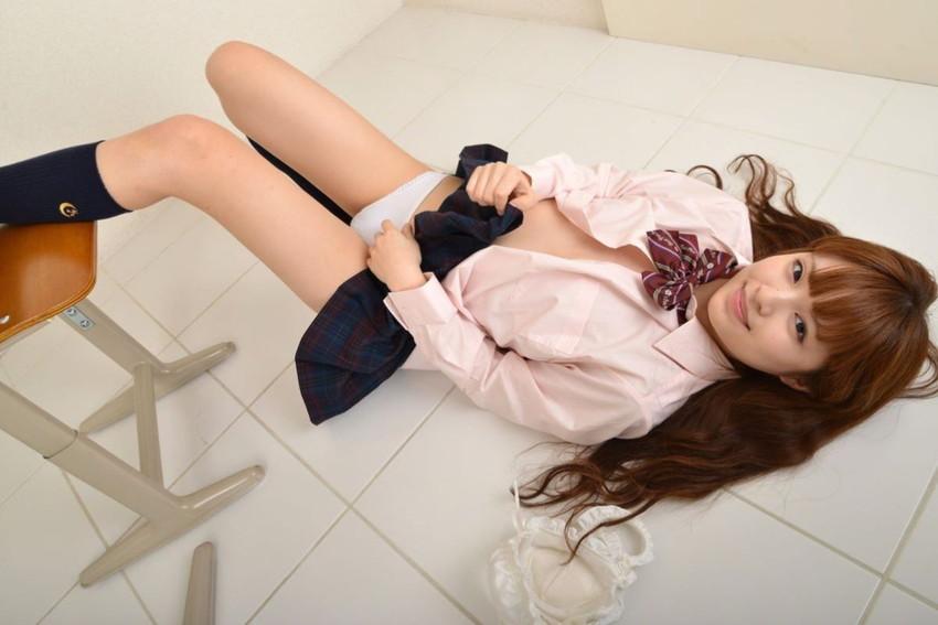 【制服スカートめくりエロ画像】ウブな優等生の美少女JKがボクだけに恥じらいながら制服スカートをめくってパンティー見せてくれた制服スカートめくりのエロ画像集!ww【80枚】 03