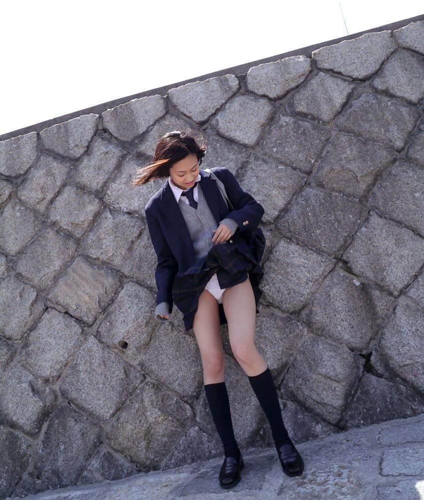 【制服スカートめくりエロ画像】ウブな優等生の美少女JKがボクだけに恥じらいながら制服スカートをめくってパンティー見せてくれた制服スカートめくりのエロ画像集!ww【80枚】 10