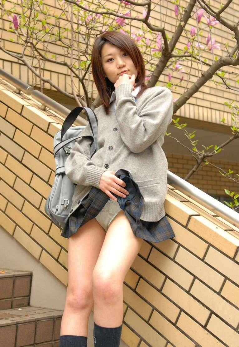 【制服スカートめくりエロ画像】ウブな優等生の美少女JKがボクだけに恥じらいながら制服スカートをめくってパンティー見せてくれた制服スカートめくりのエロ画像集!ww【80枚】 46