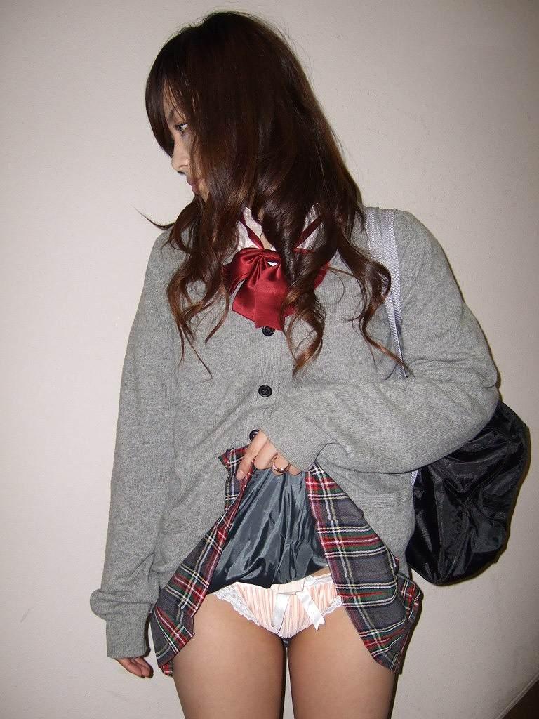 【制服スカートめくりエロ画像】ウブな優等生の美少女JKがボクだけに恥じらいながら制服スカートをめくってパンティー見せてくれた制服スカートめくりのエロ画像集!ww【80枚】 66