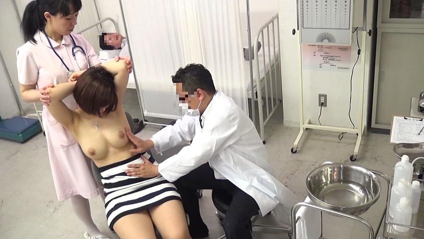 【セクハラ診察エロ画像】女子校に健康診断に来たロリコン医師や美女に問診するエロドクターが乳首を弄って手マン検診しちゃったセクハラ診察のエロ画像集ww【80枚】 27