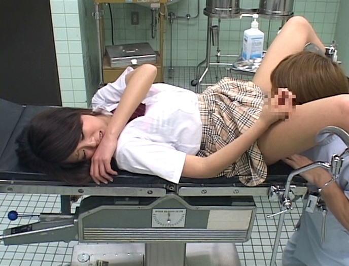 【セクハラ診察エロ画像】女子校に健康診断に来たロリコン医師や美女に問診するエロドクターが乳首を弄って手マン検診しちゃったセクハラ診察のエロ画像集ww【80枚】 47