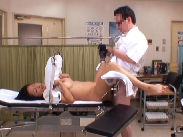 【セクハラ診察エロ画像】女子校に健康診断に来たロリコン医師や美女に問診するエロドクターが乳首を弄って手マン検診しちゃったセクハラ診察のエロ画像集ww【80枚】 48