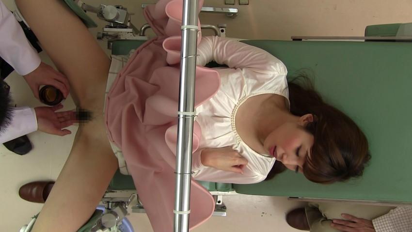 【セクハラ診察エロ画像】女子校に健康診断に来たロリコン医師や美女に問診するエロドクターが乳首を弄って手マン検診しちゃったセクハラ診察のエロ画像集ww【80枚】 52